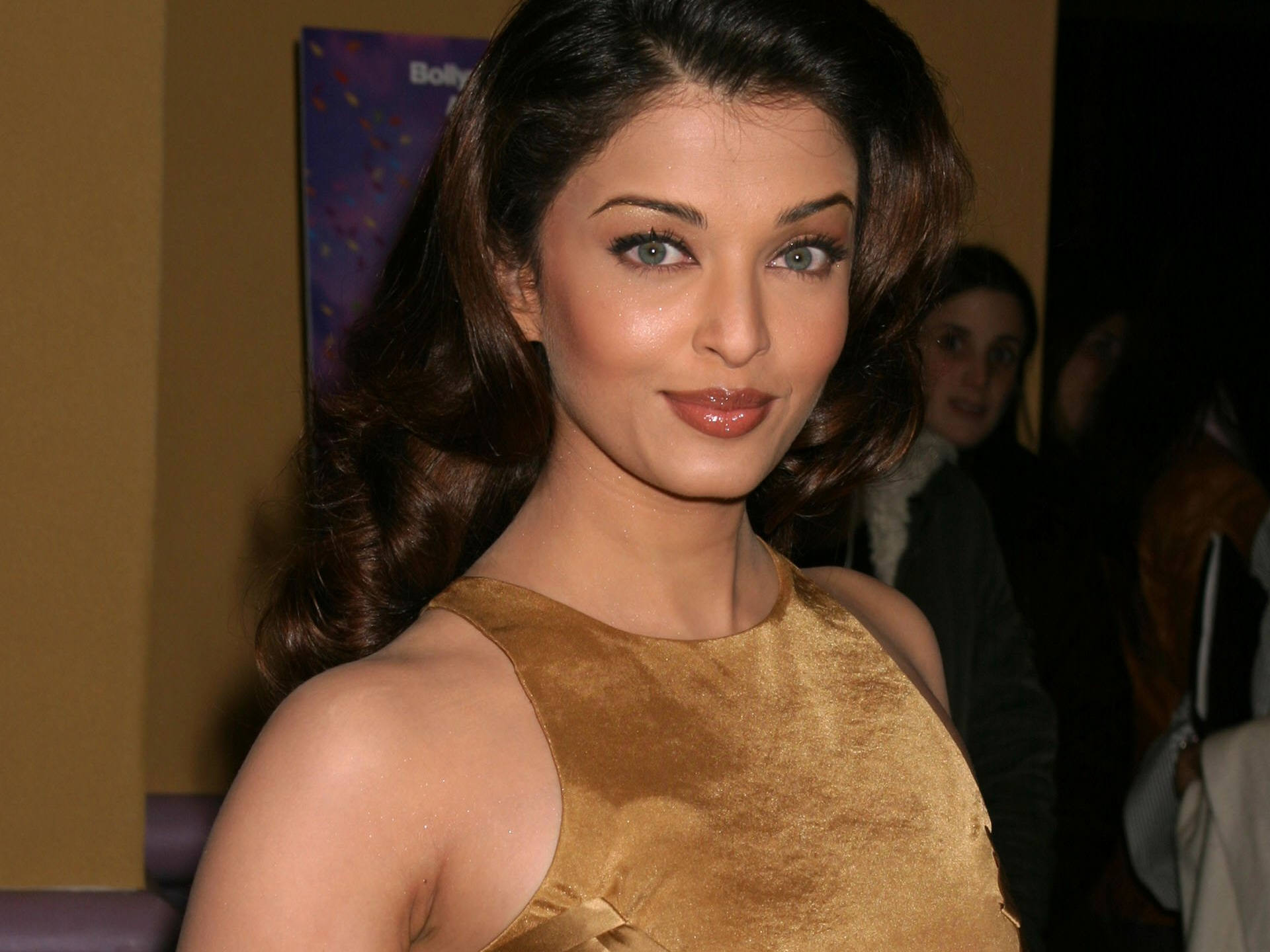 http://www.shareyourwallpaper.com/upload/wallpaper/celebrities-female/aishwarya-rai/aishwarya-rai_5f3d7abb.jpg