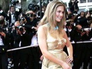Pose in gold dress / Bar Refaeli