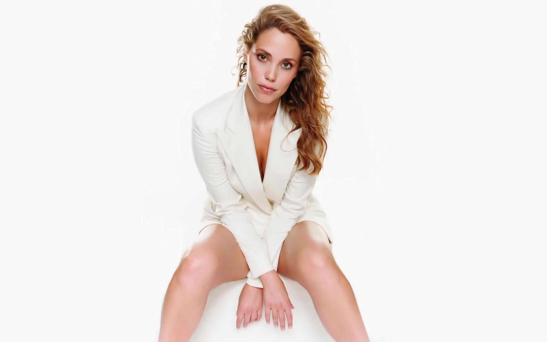 Download High quality only white jacket Elizabeth Berkley wallpaper / 1920x1200