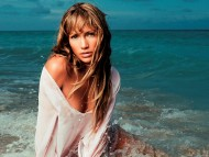 On the beach / Jennifer Lopez