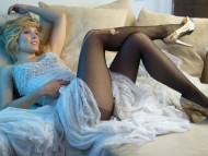 legs ripped pantyhose / Kristen Bell