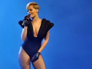 sings / Rihanna