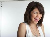 Download laughs / Selena Gomez