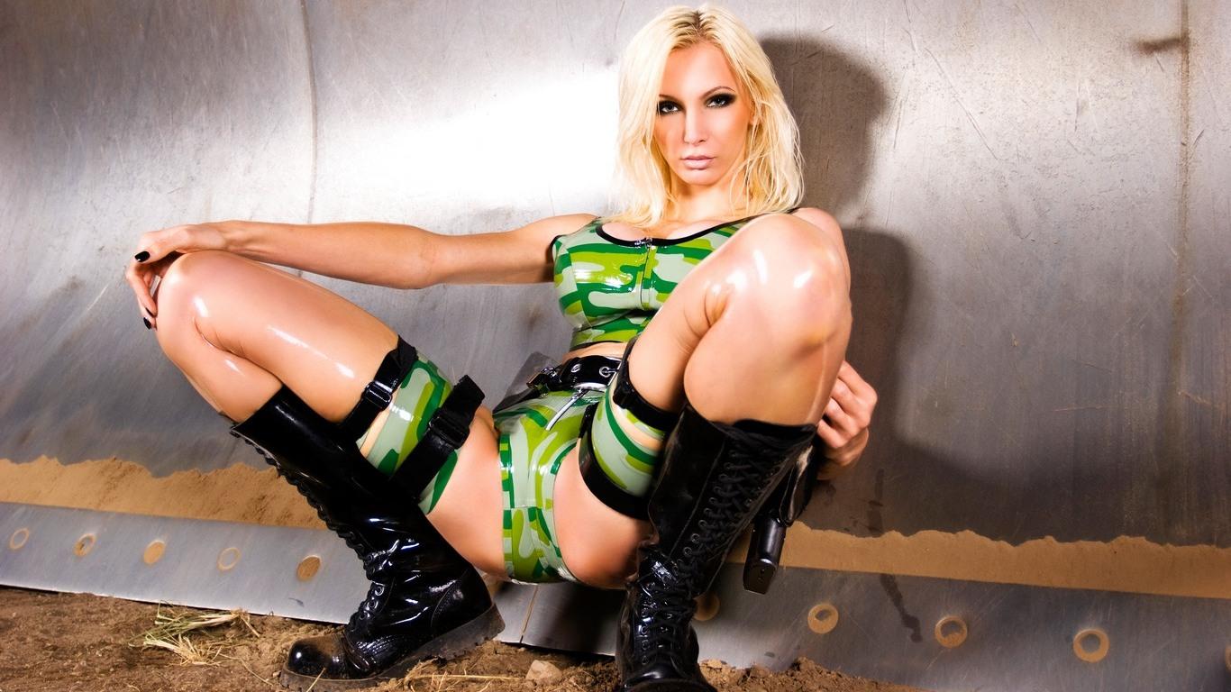 Сексуальные девушки в эротичных военных костюмах фотосессия фото 6 фотография