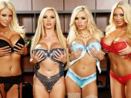 Courtney Taylor, Nikki Benz, Nina Elle & Summer Br / Crowd Girls