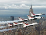 F-16 Fighting Falcons U.S. Air Force\'s Thunderbirds Over New York / Military Airplanes